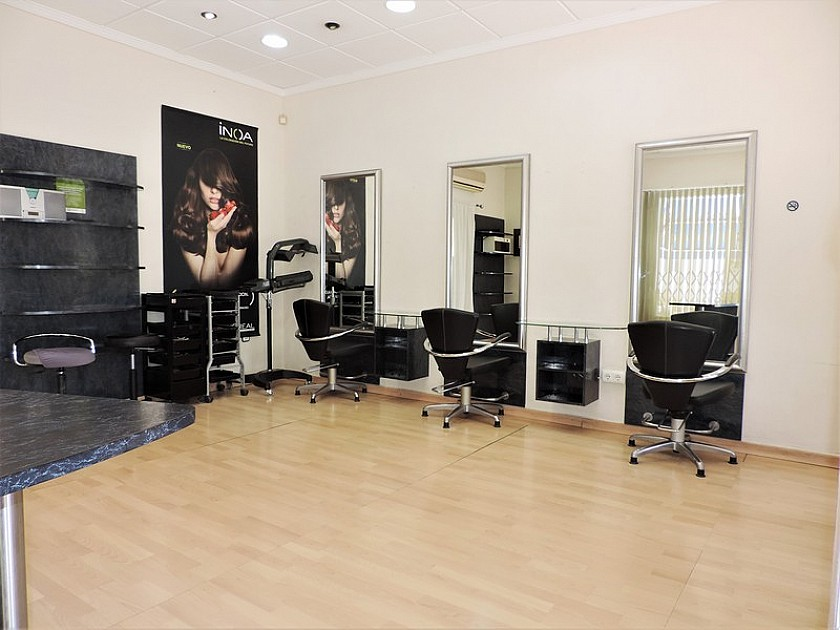 For rent, Unit/Hairdressers in Oakwood Properties