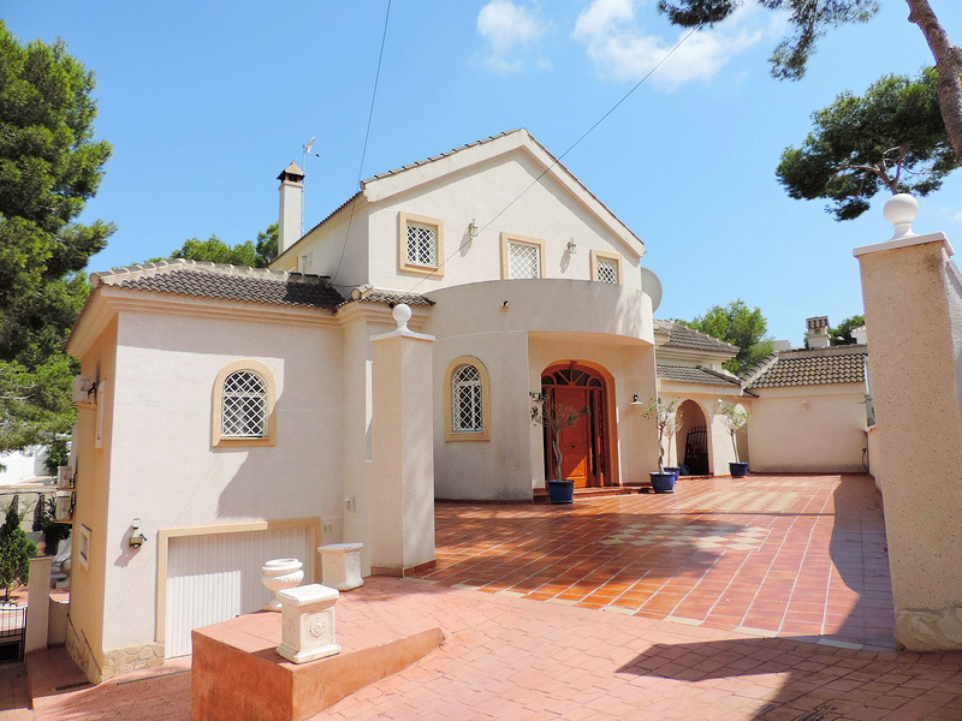 Main Photo of a 6 bedroom  Detached House for sale